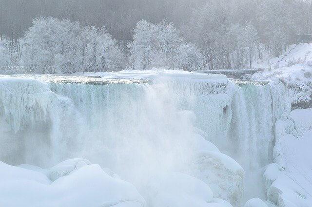 真冬に凍るナイアガラの滝