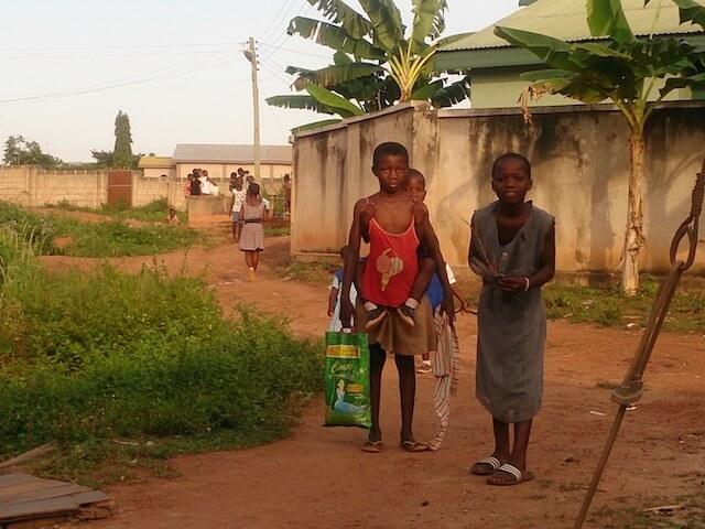 ガーナの子は兄弟の面倒をよく見ます。