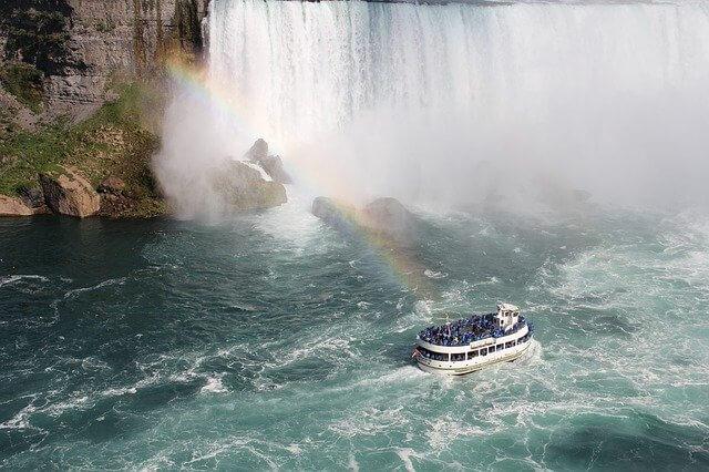 夏にはナイアガラの滝に虹がかかる